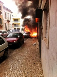 Um incêndio deflagrou esta manhã na rua Conde das Antas, na zona de Campolide, em Lisboa. Pelo menos duas pessoas ficaram feridas com gravidade.