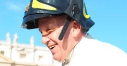 16out2013---papa-francisco-usa-capacete-de-bombeiro-durante-a-audiencia-geral-realizada-nesta-quarta-feira-16-na-praca-sao-pedro-no-vaticano-1381944874901_956x500