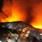 19jul2012---bombeiros-combatem-chamas-nesta-quinta-feira-19-em-fabrica-de-condicionadores-de-ar-em-kadi-no-noroeste-da-india-segundo-as-autoridades-locais-nao-houve-feridos-e-90-da-industria-foi-1342703793019_956x500