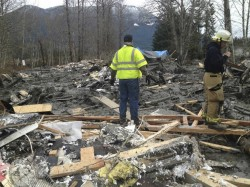 deslizamento Handout of officials surveying a large mudslide near Oso, Washington