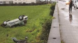 Despiste de um carro para um terreno em Santiago do Bougado Imagem: Pedro Ferreira | Correio da Manhã