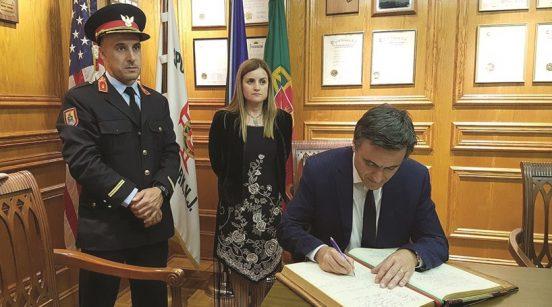 Presidente da Câmara de Paredes de Coura, Vítor Pereira, assina livro de honra do Sport Clube Português de Newark