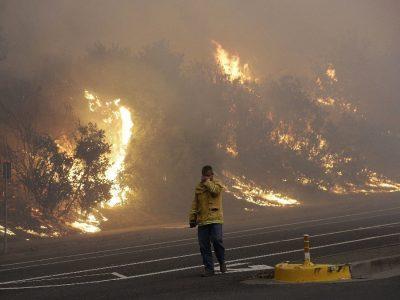 Incêndios florestais deixam 11 mortos e 20 mil deslocados na Califórnia