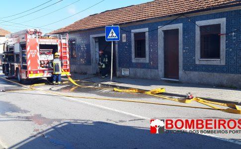 o fogo foi combatido pelos Bombeiros de Esmoriz