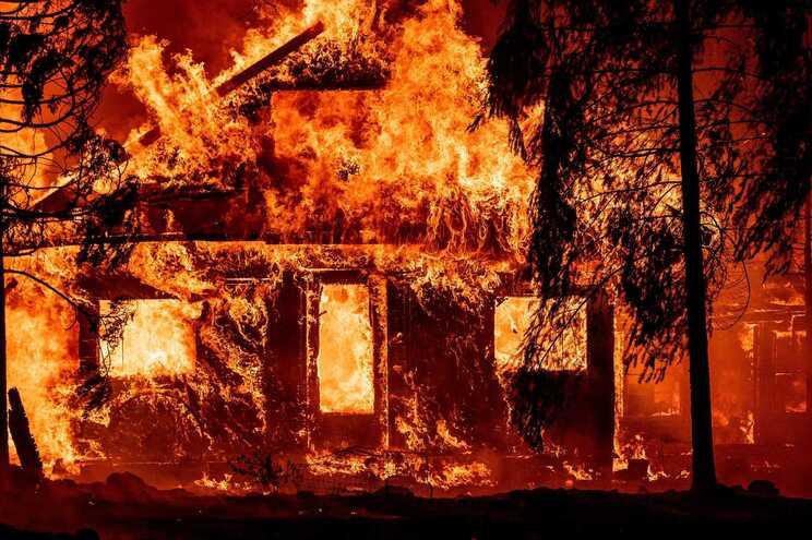 Pelo menos 5400 bombeiros foram mobilizados para combater o incêndio de Dixie nas florestas do norte da Califórnia  Foto: JOSH EDELSON / AFP